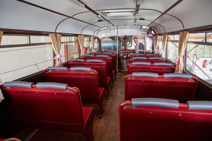 Corona: Gastronomie geschlossen. Busse und Bahnen proppenvoll. Fahrgäste dicht an dicht.